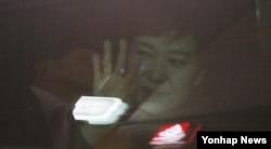 12일 오후 삼성동 사저에 도착한 박근혜 전 한국 대통령이 차 창 너머로 지지자들에 손을 흔들어 인사하고 있다.
