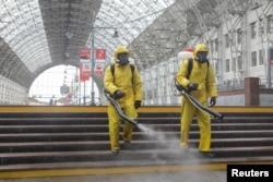 Дезінфікація Київського вокзалу у Москві, 18 травня 2020 (REUTERS)