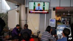 Warga Maladewa menyaksikan siaran televisi yang menayangkan pernyataan Presiden Yameen Abdul Gayoom, di sebuah kafe di Male, 24 September 2018.