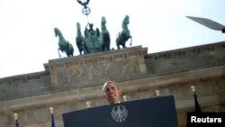 ທ່ານ Barack Obama ກ່າວຄໍາປາໄສ ໃນວັນພຸດມື້ນີ້ ທີ່ປະຕູ Brandenburg ຊຶ່ງມີລັກສະນະປະຫວັດສາດ ໃນນະຄອນເບີລິນ.