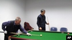 Xiao Jiahua playing billiards