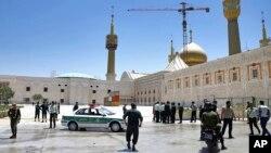 Polisi mengendalikan lokasi kejadian, di sekitar tempat suci pendiri revolusioner Iran Ayatollah Khomeini, setelah diserang oleh beberapa orang di Teheran, Rabu, 7 Juni 2017.