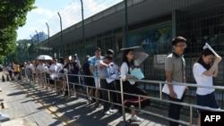 2018年7月26日在美国使馆大院外发生爆炸后,签证服务一度中断,然后恢复,人们在美国大使馆外面排队申请签证。