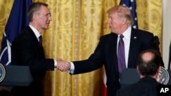 ປ. ສະຫະລັດ ທ່ານ Donald Trump ຈັບມືກັບເລຂາທິ ການ ໃຫຽ່ ຂອງອົງການ NATO ທ່ານ Jens Stoltenberg ໃນກອງປະຊຸມຖະແຫຼງຂ່າວໃນຫ້ອງ East Room ໃນທຳນຽບຂາວ, 12 ເມສາ, 2017.