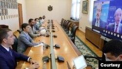 Predsednica Vlade Srbije Ana Brnabić razgovara putem video poziva sa zamenikom pomoćnika sekretara za trgovinu SAD Dejvidom De Falkom. Foto: FoNet/Vlada Srbije