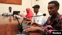 Para penyiar radio Qaran dalam sebuah acara siaran di Mogadishu, Somalia (foto: dok). Pelanggaran meluas terjadi di Somalia terhadap jurnalis, pembela HAM, dan tokoh politik.