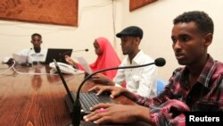 Watangazaji katika radio Qaran mjini Mogadishu, June 28, 2013.