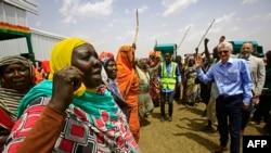 Le Secrétaire général adjoint aux affaires humanitaires et Coordonnateur des secours d'urgence Mark Lowcock, à droite, discute avec des déplacés soudanais dans un camp près de Kadugli, la capitale du Sud Kordofan, 13 mai 2018.