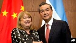2016年5月19日中国外长王毅在北京欢迎到访的阿根廷外交部长苏珊娜·马尔科拉。