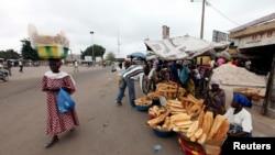 Des vendeurs en Côte d'Ivoire, où l'administration Ouattara souhaite développer les opportunités pour les jeunes diplômés