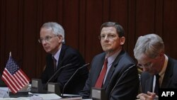 Đặc sứ Hoa Kỳ tại Pakistan và Afghanistan Marc Grossman (giữa), Đại sứ Mỹ tại Pakistan Cameron Munter (trái), và Đại sứ Mỹ tại Afghanistan Ryan Crocker họp với các giới chức Pakistan và Afghanistan tại Bộ Ngoại giao ở Islamabad, 2/8/2011