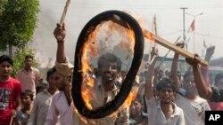 Warga Kristen Pakistan di kota Karachi melakukan unjuk rasa mengutuk pengeboman gereja di kota Peshawar (24/9).