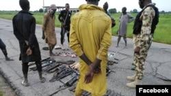 Wasu mayaan Boko Haram/ISWAP da suka mika wuya da makamai (Facebook/Dakarun Najeriya).