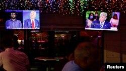 ពលរដ្ឋអាមេរិកាំងកំពុងតាមដានការថ្លែងរបស់លោក Joe Biden បេក្ខជនប្រធានាធិបតីខាងគណបក្សប្រជាធិបតេយ្យ និងលោកប្រធានាធិបតី Donald Trump ក្នុងវេទិកាពិភាក្សាសាធារណៈដែលផ្សាយតាមទូរទស្សន៍ នៅភោជនីយដ្ឋាន Luv Child ក្នុងទីក្រុង Tampa រដ្ឋ Florida ថ្ងៃទី១៥ ខែតុលា ឆ្នាំ២០២០។