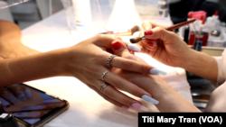 Làm móng tay tại một tiệm nail do người gốc Việt làm chủ.