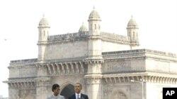 سهرۆک ئۆباما له دهمی پـێشـکهشکردنی وتارهکهی له هوتێل تاج محهلی شـاری مۆمبای هیندسـتان و خانمی یهکهمی ئهمهریکا میشێل ئۆباما لهگهڵیدا وهسـتاوه، شهممه 6 ی یازدهی 2010