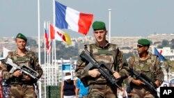 지난주 '트럭 테러'가 발생한 프랑스 남부 니스 해안에서 19일 병사들이 경계 임무를 수행하고 있다.