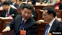 Xitoy Kommunistik partiyasining raisi Si Zinpin bosh vazir o'rinbosari Li Ketsan 12-Milliy xalq syezdining sessiyasida, Pekin, Xitoy, 4-mart, 2013-yil.