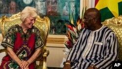 L'épouse du Dr Arthur Kenneth Elliott, l'australienne Jocelyn Elliott, libérée par les ravisseurs d'al-Qaida, rencontre le président Burkina Faso, Roch Marc Christian Kaboré, à droite, au palais présidentiel de Ouagadougou, au Burkina Faso, le 8 février 2016.