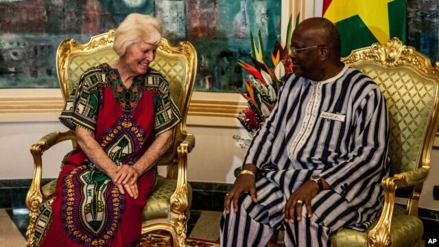 Australian Jocelyn Elliott, left, who was freed by al-Qaida captors, meets Burkina Faso President  Roch Marc Christian Kaboré, right,  at the presidential palace  in Ouagadougou, Feb. 8, 2016.