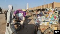 Un homme passe devant un stand avec des produits pharmaceutiques en plein air à Agadez, dans le nord de Nigers, le 26 septembre 2010.