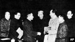 历史照片:文革前的中共政治局常委,左起:朱德、周恩来、陈云、刘少奇、毛泽东、邓小平、林彪。
