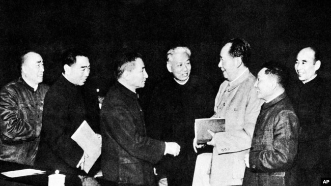 文革前的中共政治局常委(1962年),左起:朱德,周恩来,陈云,刘少奇,毛泽东,邓小平,林彪