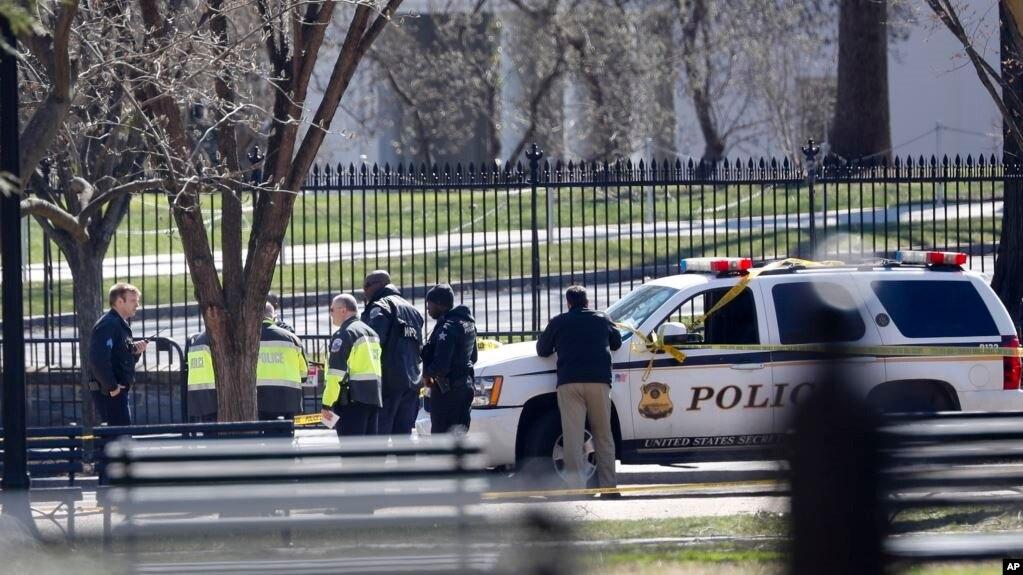 Nhân viên chấp pháp tụ tập phía trước Nhà Trắng ở Washington, ngày 3 tháng 3, 2018.