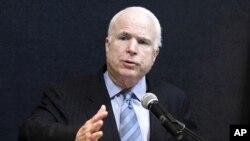 ສະມາຊິກສະພາສູງສະຫະລັດທ່ານ John McCain ຖະແຫຼງໃນກອງປະຊຸມສຳພາດຂ່າວທີ່ສູນກາງອະເມຣິກັນ ໃນນະຄອນຢ່າງກຸ້ງ (3 ມິຖຸນາ 2011)