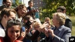 希拉里·克林顿在衣阿华与支持者在一起。(2016年9月29日)