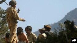 Tentara Pakistan menangkap para aktivis terkait al-Qaida di Angore Adda, Pakistan (Foto: dok). Pemerintah Pakistan telah membebaskan delapan tahanan Taliban Afghanistan, termasuk mantan Menteri Kehakiman Afghanistan Mullah Nooruddin Turabi (31/12).