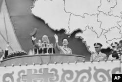 """历史照片:蒋介石总统和夫人蒋宋美龄在台北的""""双十节""""集会上挥手致意。(1971年10月10日)"""