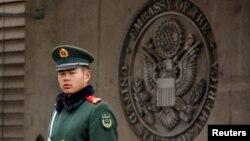 一名中国武警在美国驻中国大使馆门前站岗。(2018年4月5日)