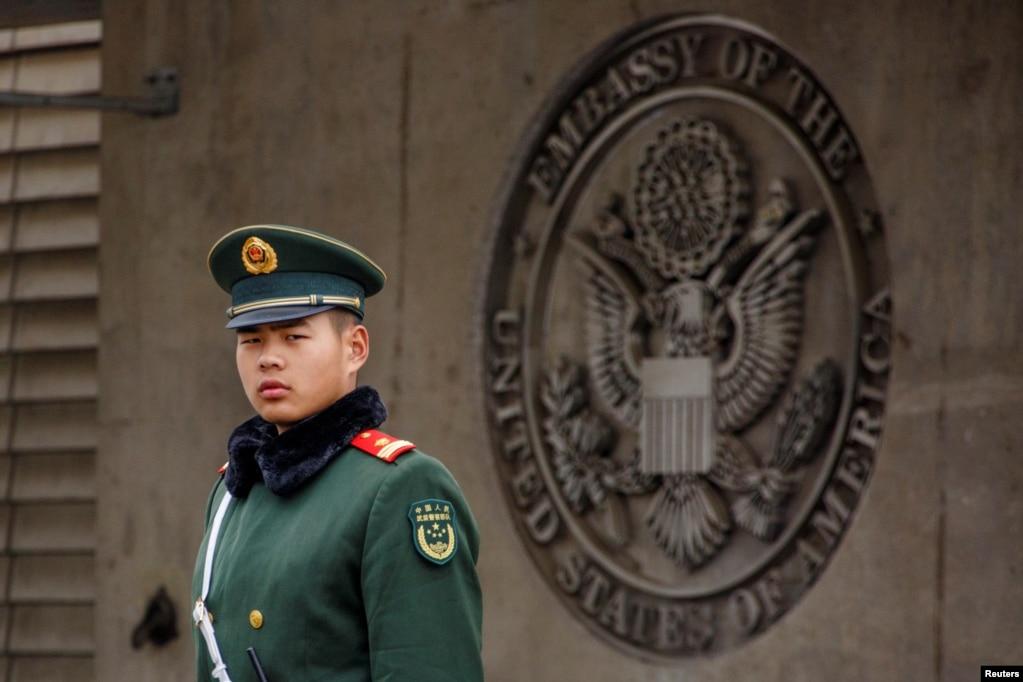2018年4月5日在北京的美國大使館入口處,有中國武警站崗。