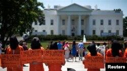 지난해 5월 미국 워싱턴 백악관 앞에서 시위대가 관타나모 수용소 폐쇄를 촉구하고 있다. (자료사진)