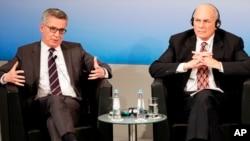 El Secretario de Seguridad Nacional de Estados Unidos, John Kelly, y el Ministro del Interior alemán, Thomas de Maiziere, se sientan juntos en un panel durante la Conferencia de Seguridad de Múnich en Munich, Alemania, el sábado 18 de febrero de 2017.