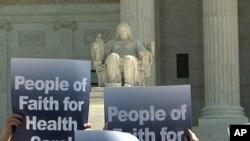支持者打出标语:信仰人士支持政府医保