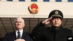 美國國防部長蓋茨和中國國防部長梁光烈在北京的迎接儀式(資料圖片)