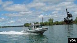 在美国和加拿大之间的尼亚加拉河巡逻的美国边境巡逻艇。(资料照)