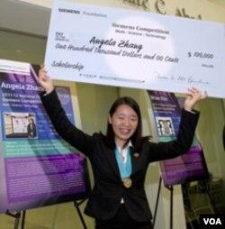 Angela Zhang, pemenang kompetisi matematika, sains dan teknologi memperoleh beasiswa 100.000 dolar dari Yayasan Siemens.