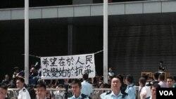 香港警方在公民廣場進行清場行動,拘捕多名學生領袖 (美國之音 湯惠芸攝)