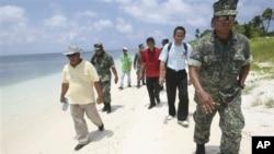 菲律宾众议员贝洛(右三)与菲军方高层官员7月20日登上有主权争议的中业岛