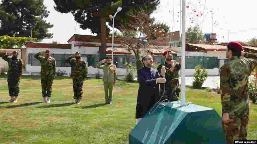 کابل میں تعینات پاکستانی سفیر سید ابرار حسین یوم آزادی کے موقع پر برچم کشائی کی تقریب میں شریک۔