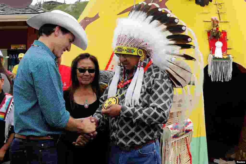 Kanadanın baş naziri Castin Trüdo ölkənin yerli ağsaqalları ilə görüşür
