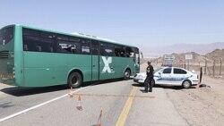 پلیس اسراییل در حال بازرسی از یک اتوبوس اسراییلی که در نزدیکی مرز اسراییل و مصر، مورد حمله شبه نظامیان قرار گرفت. ۱۸ - اوت ۲۰۱۱
