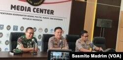 Kapuspen TNI Mayjen Sisriadi (kiri) dan Kepala Divisi Humas Polri Irjen Muhammad Iqbal (tengah) saat menggelar konferensi pers di kantor Kemenko Polhukam pada Rabu, 22 Mei 2019. (Foto: Sasmito Madrim/VOA)