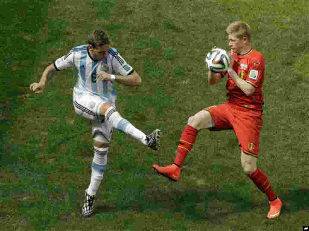 Argentina's Lucas Biglia, left, and Belgium's Kevin De Bruyne fight for the ball during the World Cup quarterfinal soccer match between Argentina and Belgium at the Estadio Nacional in Brasilia, Brazil, Saturday, July 5, 2014. (AP Photo/Thanassis Stavraki
