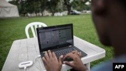 Un ingénieur congolais sur son ordinateur à Kinshasa, le 25 février 2015.