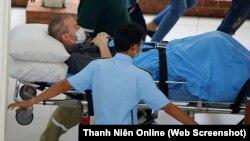 Phi công người Anh Stephen Cameron xuất viện hôm 11/7 và được đưa về nước trên một chuyến bay đặc biệt có bác sỹ Việt Nam đi cùng. Bộ trưởng Ngoại giao Anh đã cám ơn các y bác sỹ Việt Nam vì chữa trị cho những công dân nước ông vị COVID-19 ở Việt Nam. (Ảnh chụp từ Thanh Nien)