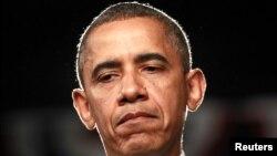 El presidente Barack Obama hace una pausa mientras habla sobre el tiroteo en Colorado en el que murieron 12 personas.